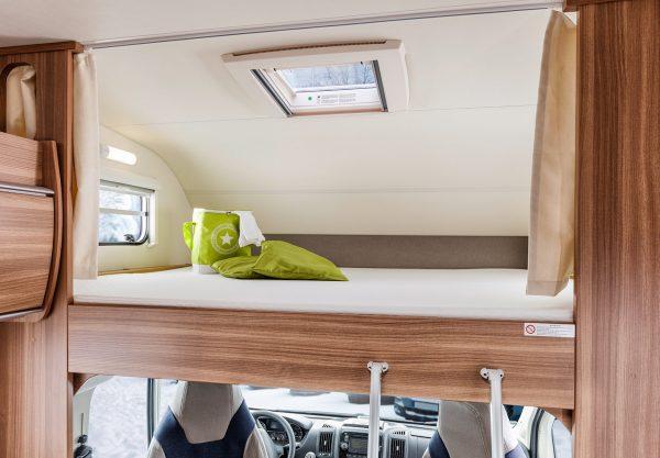 Weinsberg CaraLoft bed boven bestuurdersstoel